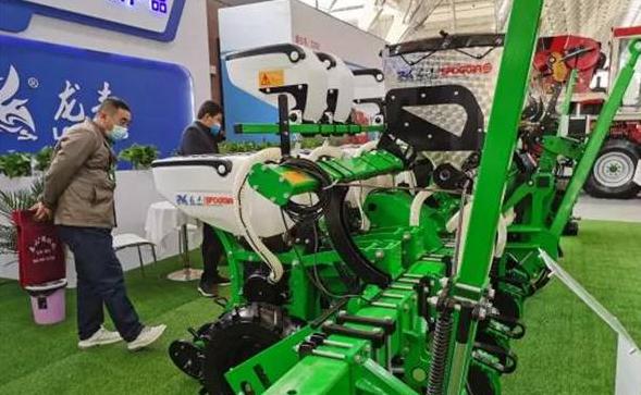猛禽再度来袭,郑州龙丰携一众新品燃爆青岛国际农机展
